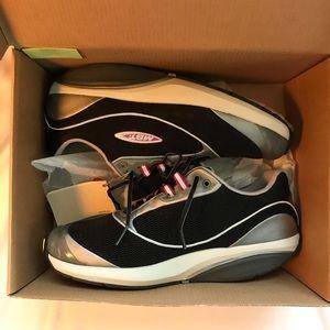 Brand New MBT the anti-shoe women's Sz 9
